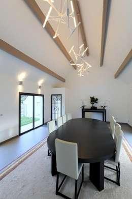 Rénovation d'une maison traditionnelle en maison moderne et luxueuse: Salle à manger de style de style Moderne par Archionline