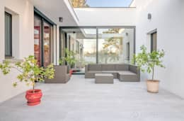 Construction d'une maison plain-pied spacieuse et luxieuse: Terrasse de style  par Archionline