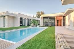 Construction d'une maison plain-pied spacieuse et luxieuse: Piscines  de style  par Archionline