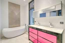 Construction d'une maison plain-pied spacieuse et luxieuse: Salle de bains de style  par Archionline
