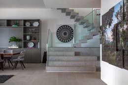 Pasillos y recibidores de estilo  por Gisele Taranto Arquitetura