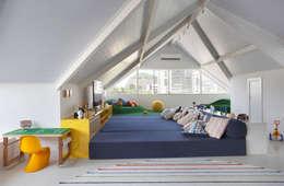 modern Nursery/kid's room by Amanda Miranda Arquitetura