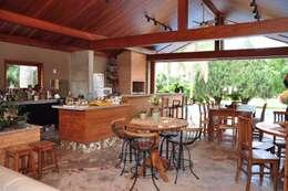 Área de lazer rústica.: Terraços  por canatelli arquitetura e design