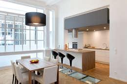 ensemble salle à manger et cuisine assortis: Cuisine de style de style Moderne par BE-DESIGNER