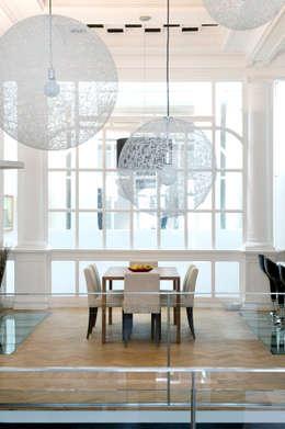 vue sur la salle à mangé depuis le salon: Salle à manger de style de style Moderne par BE-DESIGNER