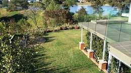 Boardwalk Meander Estate: modern Garden by Gorgeous Gardens