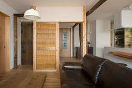 松戸市H邸: スタジオ・スペース・クラフトが手掛けたリビングです。