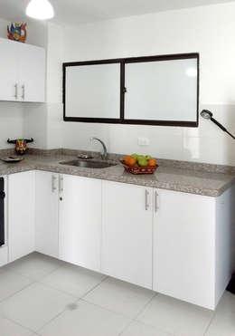 Área de lavado y despensa: Cocinas de estilo moderno por Remodelar Proyectos Integrales
