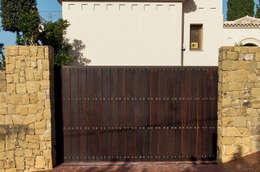 Puertas y ventanas de estilo rústico por Conely
