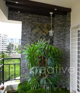 Balcony:  Terrace by KREATIVE HOUSE