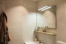 faience: Salle de bains de style  par Agence ADI-HOME