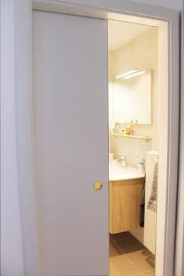 porte coulissante: Salle de bains de style  par Agence ADI-HOME