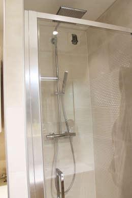 colonne de douche: Salle de bains de style  par Agence ADI-HOME