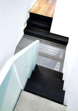 Salt + Pepper House:  Corridor & hallway by KUBE Architecture