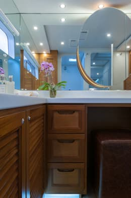 Main en suite bathroom: mediterranean Yachts & jets by ONNAH DESIGN