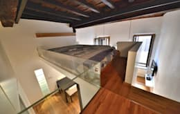 Soppalco: Camera da letto in stile in stile Moderno di Studio Fori