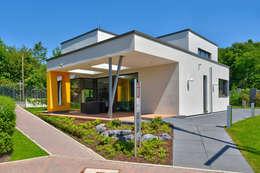 Casas de estilo moderno por Büdenbender Hausbau GmbH