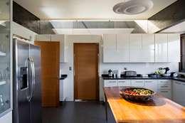 Cocinas de estilo moderno por SUN Arquitectos