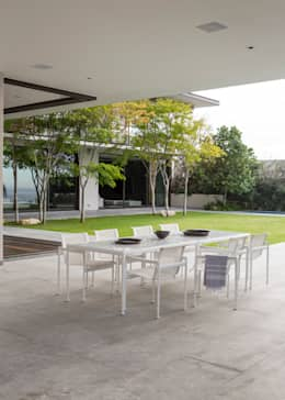 Garden Table:  Patios by Jenny Mills Architects