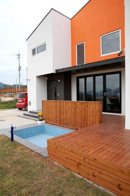 전면 미니풀장: 주택설계전문 디자인그룹 홈스타일토토의  베란다
