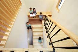 놀이터 계단: 주택설계전문 디자인그룹 홈스타일토토의  복도 & 현관