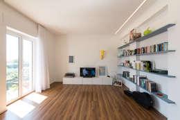 Salones de estilo moderno de Alessandro Ferro Architetto