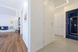 Pasillos, vestíbulos y escaleras de estilo moderno de Alessandro Ferro Architetto
