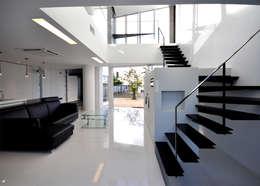 HG-HOUSE IN GINOWAN: 門一級建築士事務所が手掛けた玄関・廊下・階段です。