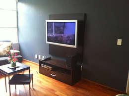 Del Sol Decor: Salas multimedia de estilo clásico por Erika Winters Design