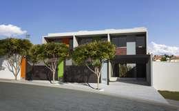 Projekty, nowoczesne Domy zaprojektowane przez canatelli arquitetura e design