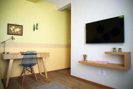 : Estudios y oficinas de estilo ecléctico por Erika Winters® Design