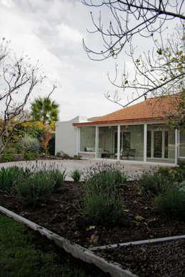 CASA LZ.: Jardines de estilo mediterraneo por ESTUDIO BASE ARQUITECTOS