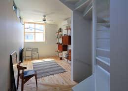 天井の高いリビング: アトリエハコ建築設計事務所/atelier HAKO architectsが手掛けたリビングです。