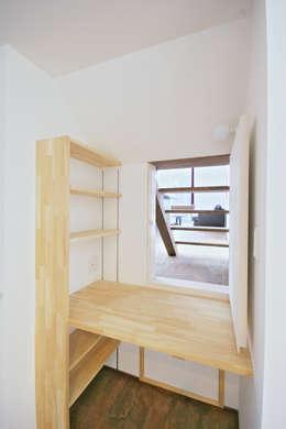 書斎からリビングをみる: 加藤淳一級建築士事務所が手掛けた寝室です。