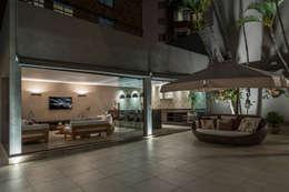 Albercas de estilo moderno por Andréa Buratto Arquitetura & Decoração