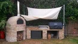 Jardines de estilo rústico por wood-fired oven