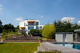 Trotz Pool bietet sich weiterhin viel Platz im Garten: moderner Garten von Hesselbach GmbH