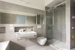 Baños de estilo moderno por Luigi Brenna Architetto