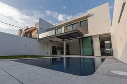 Vistas del Sol: Albercas de estilo moderno por 2M Arquitectura