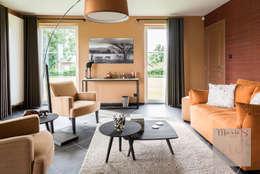 Aménagement complet d'un rez-de-chaussée à Le Roux: Salon de style de style Classique par Marie'S Home