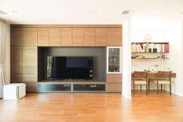 造り付けのリビング収納とスタディコーナー: ナイトウタカシ建築設計事務所が手掛けたリビングです。