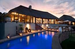 Mhondoro, een Lodge in Zuid-Afrika: modern Zwembad door All-In Living