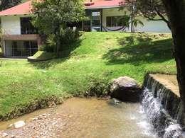 Fachada posterior: Jardines de estilo moderno por CESAR MONCADA S