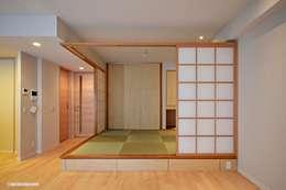 Salas de estilo ecléctico por アグラ設計室一級建築士事務所 agra design room