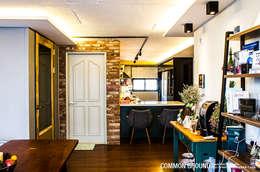 Livings de estilo industrial por 커먼그라운드