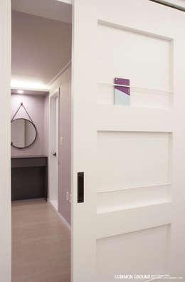 Projekty,  Sypialnia zaprojektowane przez 커먼그라운드