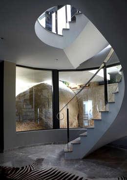 Head Road Glamour:  Corridor & hallway by Jenny Mills Architects
