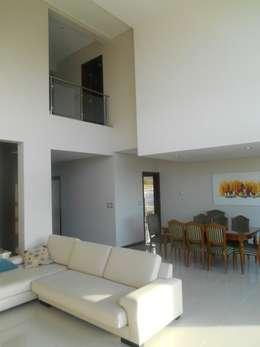 CASA DALVIAN LOS PUQUIOS: Livings de estilo moderno por MABEL ABASOLO ARQUITECTURA