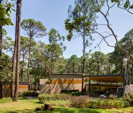Fachada jardín - Casas 1 y 2: Casas de estilo escandinavo por Weber Arquitectos