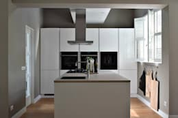 Vrijstaande Villa Heiloo: moderne Keuken door Atelier09